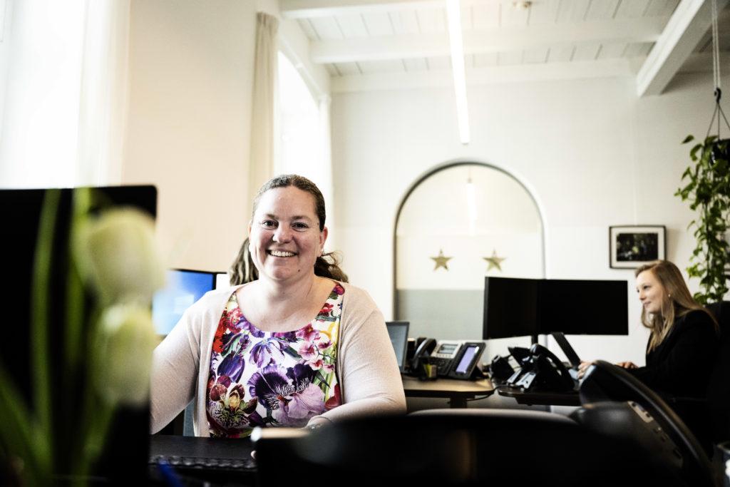 Vrouw die werkt aan de online boekhouding van klanten