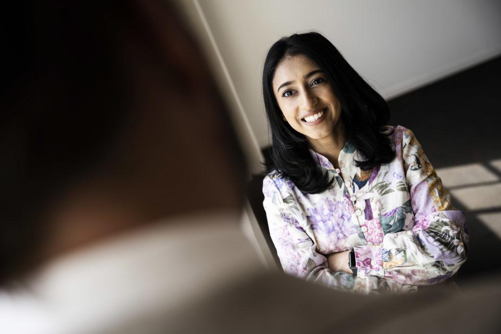 Vrouw die zich bezighoudt met online boekhouden