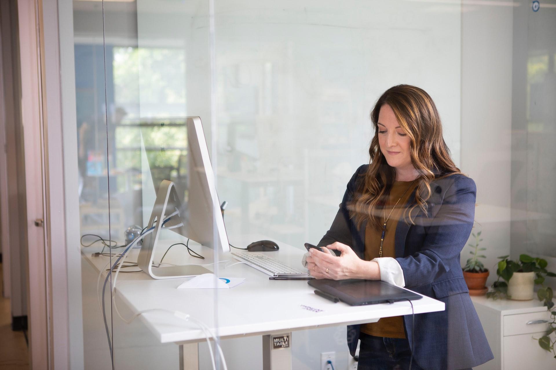 Vrouw achter computer bezig met online boekhouden
